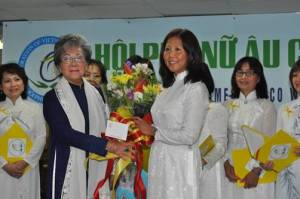 Bà Lương Y Lê Thị Thu Cúc tặng bó hoa cho chị Phạm Thiên Thanh, CT/HPNAC