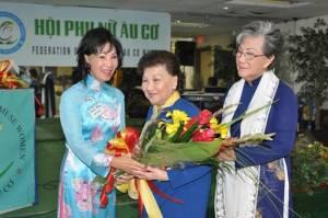 Bà Jackie Bông đang nhận bó hoa do Cựu Nghị Sĩ Nguyễn Văn Thơ trao tặng.